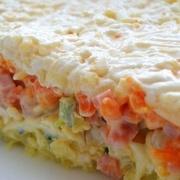 Kausētā siera salāti ar vārītiem kartupeļiem, olām un marinētiem šampinjoniem