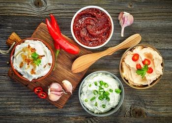 Četras viegli pagatavojamas mērces grila ēdieniem