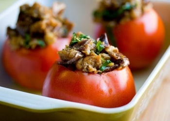 Ar sēnēm pildīti cepti tomāti