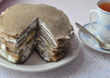 Šokolādes pankūku torte ar biezpiena krēmu un banāniem