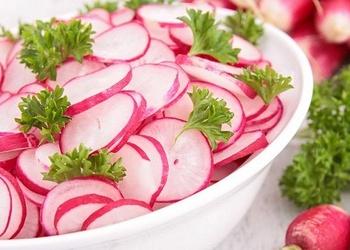 Redīsu salāti ar zaļumiem un krējumu