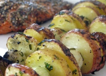 Kartupeļu kebabs uz grila