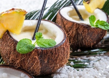 Kokosriekstu dzēriens ar persikiem un ogām