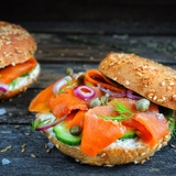 Sendvičs ar ''burkānlasi'' un sīpolu salātiem jeb vegānas lašmaizītes