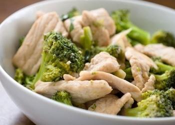 Mazkaloriju vistu krūtiņas ar brokoļiem