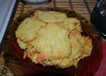 Kartupeļu plāceņi ar krabju nūjiņām