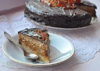 Iebiezinātā piena – mandeļu kūka ar šokolādi