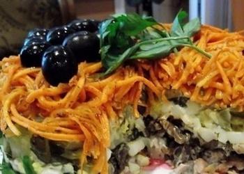 Kūpinātas vistas, šampinjonu un skābētu gurķu salāti