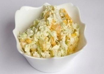 Ķīnas kāpostu salāti ar kukurūzu un āboliem