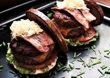 Letiņburgers: dubultais burgers ar dzērvenēm un saldskābmaizi