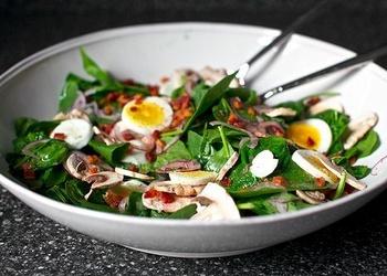 Siltie salāti no bekona un spinātiem