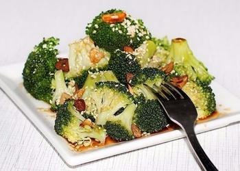 Brokoļu un sezama sēkliņu siltie salāti