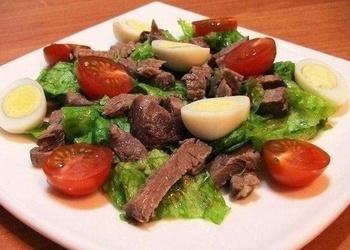 Liellopu gaļas salāti ar tomātiem un olām