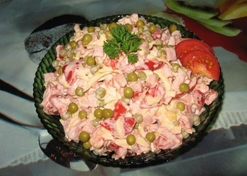 Tomātu un šķiņķa salāti