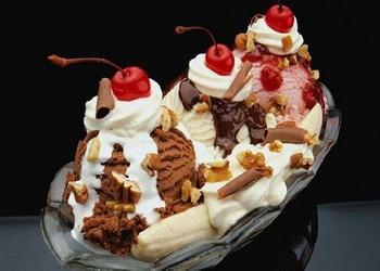 Banāni ar saldējumu un zemeņu mērci