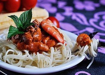 Makaroni ar jūras veltēm tomātu mērcē