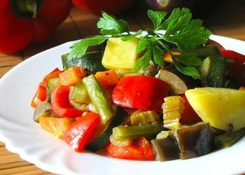 Kartupeļu, zaļo pupiņu un tomātu sautējums