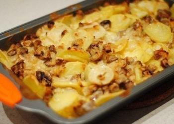 Kartupeļu sacepums ar lasi un gailenēm