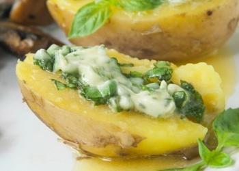 Krāsnī cepti kartupeļi ar baziliku sviestu