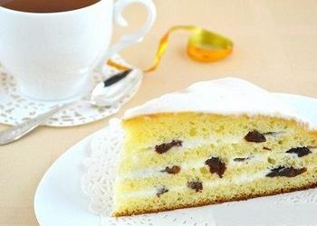 Kondensētā piena torte ar skābo krējumu un plūmēm