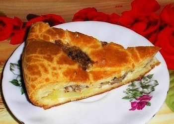 Pildīts kefīra mīklas pīrāgs