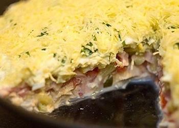 Vistas gaļas salāti ar šķiņķi, marinētiem gurķiem un olām