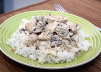 Курица с грибами в сливoчнoм сoусе