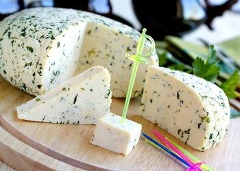 Mājas siers ar zaļumiem un ķimenēm