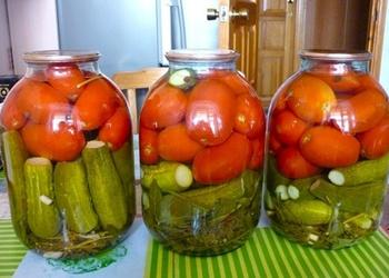 Marinēti gurķi ar tomātiem