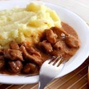 Gulašs ar kartupeļu biezeni - tāds pats, kā bērnudārzā