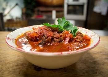 Ukraiņu borščs ar liellopu gaļu un sēnēm