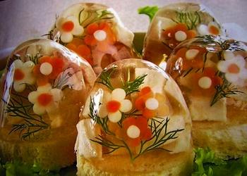 В измельченные крабы добавьте мелко нашинкованное яйцо, сок лимона, залейте желе. Всю массу перемешайте и разложите в формочки,