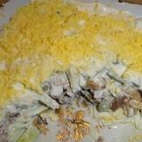 Vistas filejas salāti ar svaigiem gurķiem un konservētiem šampinjoniem