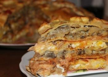 Kārtainās mīklas vistas gaļas pīrāgs ar sēnēm