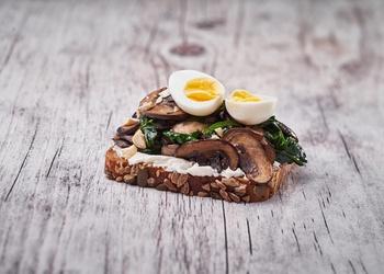 Šķiedrvielām bagātā sviestmaize ar šampinjoniem un spinātiem