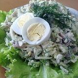 Laša salāti ar rīsiem un skābētu gurķi