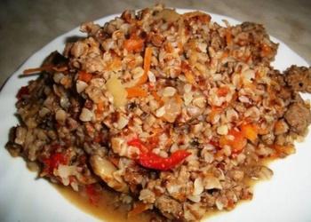 Griķi ar malto gaļu, sīpoliem, burkāniem un tomātiem
