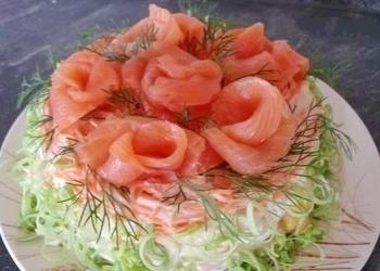 Vārītu kartupeļu salāti ar kūpinātu zivi, garnelēm un krabju nūjiņām