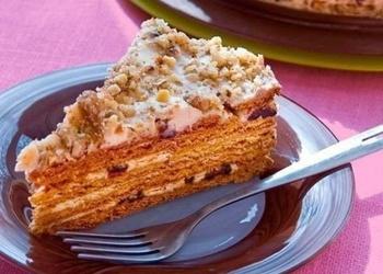 Medus torte ar žāvētām plūmēm un valriekstiem