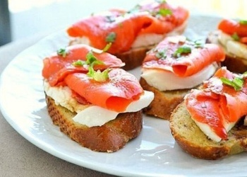 Kraukšķīgas maizītes ar Mocarellas sieru un kūpinātu lasi