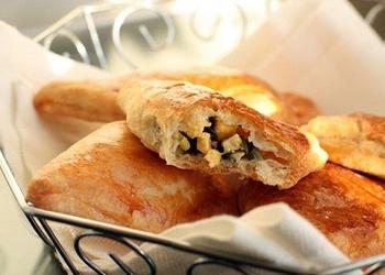 Kārtainās mīklas pīrādziņi ar olu un zaļajiem lociņiem