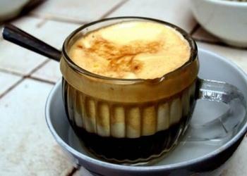 Kafija ar olu dzeltenumiem un konjaku