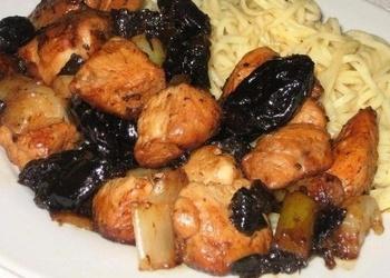Sautēta vistas gaļa ar žāvētajām melnajām plūmēm