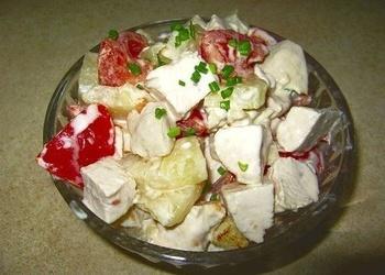 Vistas filejas salāti ar tomātiem, ananāsiem un baltmaizes grauzdiņiem