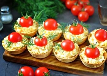 Tartaletes ar sieru un tomātiem