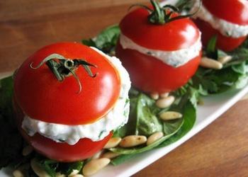 Ar biezpienu pildīti tomāti