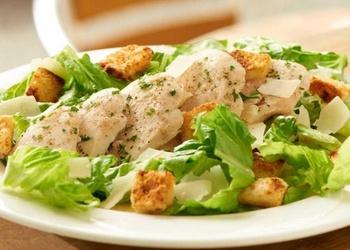 Vistas gaļas salāti ar sieru, dārzeņiem un rupjmaizes grauzdiņiem