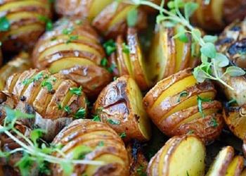 Krāsnī cepti kartupeļi ar ķiplokiem