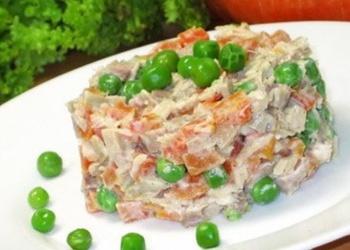 Салат из куриного филе и зелёным горошком
