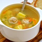 Frikadeļu un dārzeņu zupa